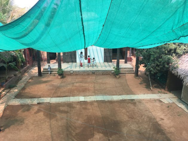 Innenhof Paaka mit kleiner Bühne